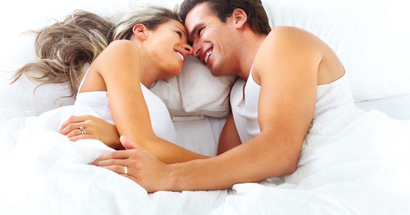 Pár v posteli